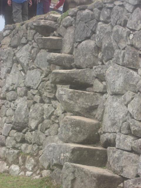 インカ・ステップ : 石垣に埋め込まれ、突き出た石の階段。片足ずつしか足をおけない。